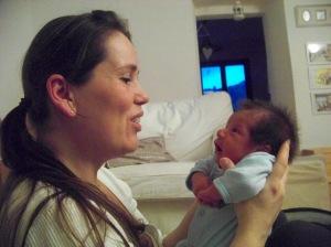 Francisco e la sua mamma si guardano..z<q